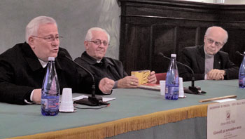 Da sin. l'arcivescovo Gualtiero Bassetti, mons. Carlo Ghidelli, mons. Elio Bromuri