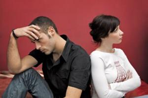 matrimonio in crisi da covid-19. Una coppia seduta di spalle, in crisi