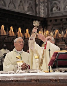 L'elevazione del calice durante la preghiera eucaristica