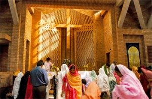 Pakistani cristiani in chiesa  (Images © 2013 Katherine Kiviat. Site design © 2005-2013 Neon Sky Creative Media)