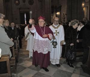 Il vescovo Gualtiero Bassettidurante una celebrazione