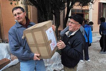 A sinistra Luca Uccellani impegnato in una raccolta di viveri