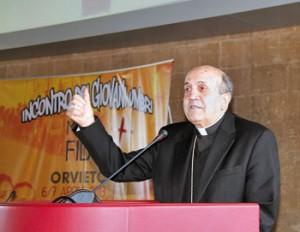 Mons. Domenico Sigalini durante l'incontro nella sala del palazzo del Popolo