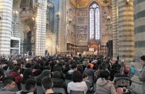 I giovani durante la messa finale nel duomo di Orvieto