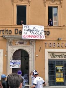 Alcuni giovani del PD durante la protesta nella sede di Perugia
