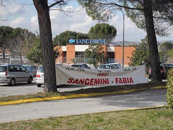 Striscioni davanti alla sede della Sangemini