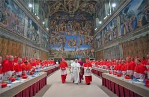 Papa Francesco con i cardinali nella Cappella Sistina dopo la sua elezione