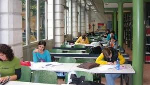 Studenti nella biblioteca dell'Università Cattolica di Brescia