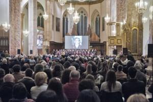 Il numeroso pubblico assiste al concerto del coro di Roma