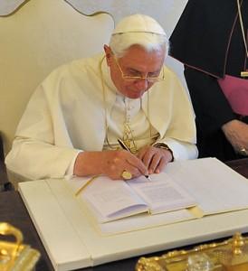 Benedetto XVI firma l'enciclica