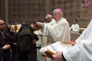 La messa d'inizio della missione concelebrata dai vescovi Bassetti e Tuzia