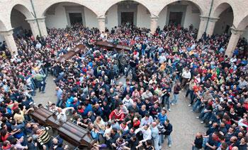 I Ceri nel chiostro della basilica di Sant'Ubaldo