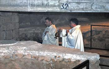 La messa nei sotterranei dove è stata incensata la prima pietra