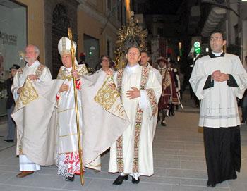 La processione con il card. Bagnasco (Foto studio Futura di Valeriana Sisti)