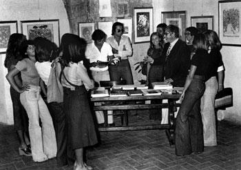 Giuseppe Urso con alcuni giovani visitatori alla mostra del 1975