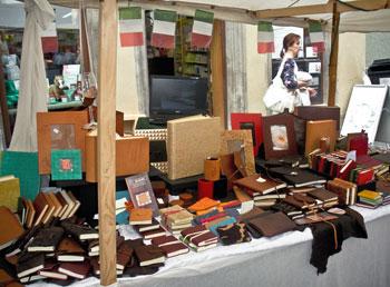 Banchetto con manufatti Re.leg.art al mercato umbro-provenzale di Tübingen