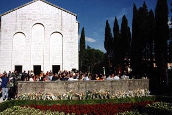 Fiori ed eugubini davanti al mausoleo dei 40 martiri a Gubbio nel giorno della celebrazione