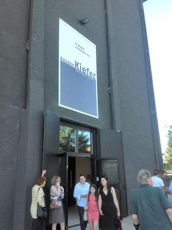 Visitatori alla mostra di Anselm Kiefer