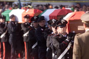 Le bare dei soldati caduti a Nassiriya avvolte nel tricolore nel giorno dei funerali