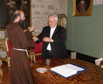 Padre Tofanelli consegna le chiavi del Villaggio all'arcivescovo Bassetti