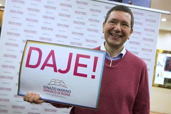 Il neo sindaco di Roma Ignazio Marino con lo slogan della campagna elettorale