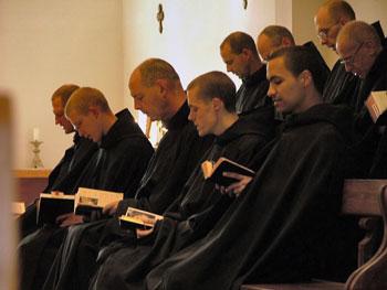 Monaci benedettini in preghiera