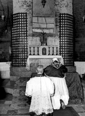Giovanni XXIII prega alla tomba di San Francesco il 4 ottobre 1962