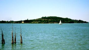 Nelle foto: il Trasimeno dopo le recenti piogge. Il lago ha recuperato un metro e mezzo, tornando alla profondità di 21 anni fa