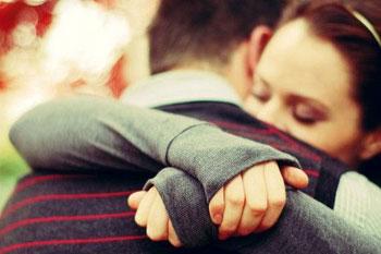 Coppia-che-si-abbraccia1-perdono