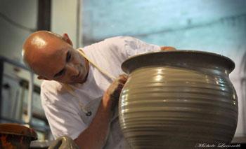 Un tornitore-ceramista al lavoro. (foto di Michele Lucarelli)
