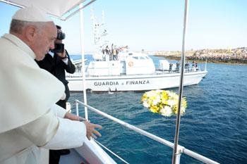 Il lancio della corona di fiori in mare, in omaggio alle vittime, nel punto più a sud di Lampedusa, di fronte al monumento la Porta d'Europa che ricorda i morti nel Mediterraneo