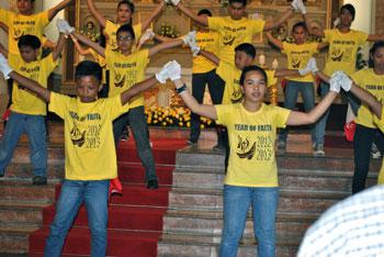 Giovani durante una celebrazione con il logo dell'Anno della fede sulle magliette