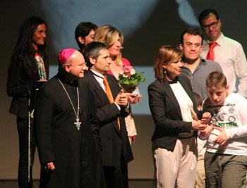 Francesca di Maolo (al centro) con mons. Sorrentino