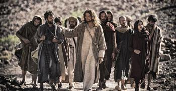 """Gesù in cammino con i discepoli in una scena della serie televisiva di History Channel """"The Bible"""""""