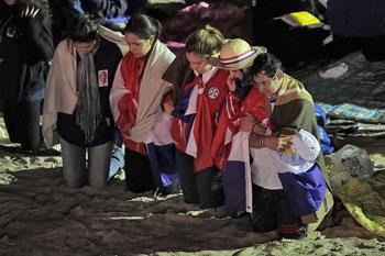 Giovani durante la veglia di preghiera sul lungomare di Copacabana