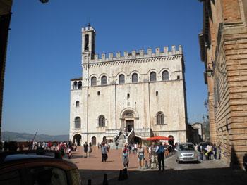 Turisti in Piazza Grande a Gubbio