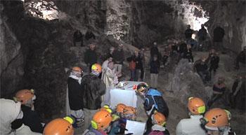 La celebrazione all'interno della grotta