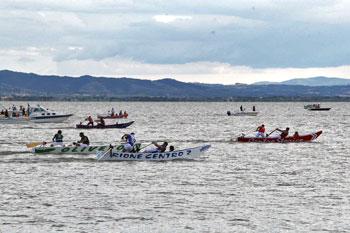 Una delle competizioni tra rioni in una passata edizione del Palio delle barche di Passignano