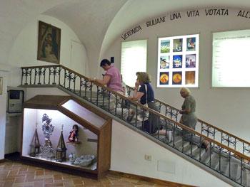 """Fedeli che percorrono la """"scala santa"""" del monastero di Santa Veronica"""