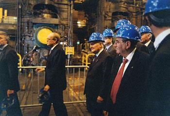 In primo piano Molè in occasione della visita di Scalfaro alle acciaierie di Terni nel 1998