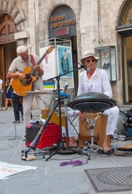 Musicisti di strada lungo corso Vannucci