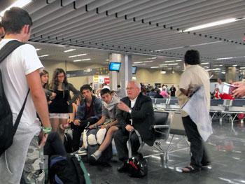 L'arcivescovo Bassetti con i giovani della diocesi all'aeroporto al ritorno da Rio