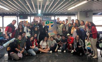 Foto di gruppo con mons. Bassetti prima della partenza dall'aereoporto di Rio (Foto Luca Anticaglia)