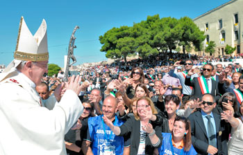"""Il Papa in Sardegna: """"Lavoratori, non lasciatevi rubare la ..."""