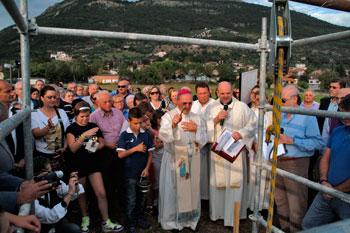 La cerimonia di posa della prima pietra della nuova chiesa con il vescovo e le autorità cittadine