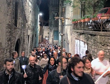 I partecipanti alla notte francescana di Perugia in cammino per via dei Priori