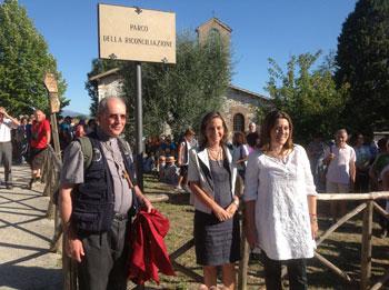 Mons. Ceccobelli, con la D'Alessandro e la Marini al parco della Riconciliazione