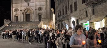 La processione si avvia verso San Fortunato (le foto dell'evento sono di Giorgio Valdisserri)