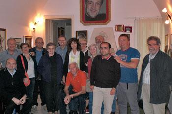 Foto di gruppo dei pellegrini nella casa natale di don Tonino Bello