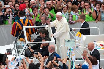 Papa Francesco tra i fedeli prima della messa per la Giornata dei catechisti, in occasione dell'Anno della fede